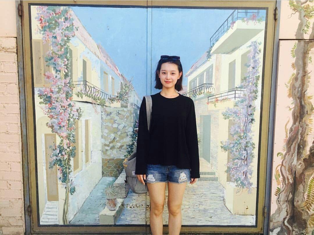 Selalu Berperan Jutek, Tapi 7 Foto Kim Ji Won Ini Justru Anggun Banget