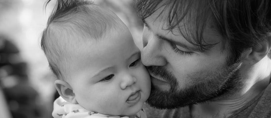 7 Hal Magis Bayi yang Hanya Dirasakan Seorang Ayah