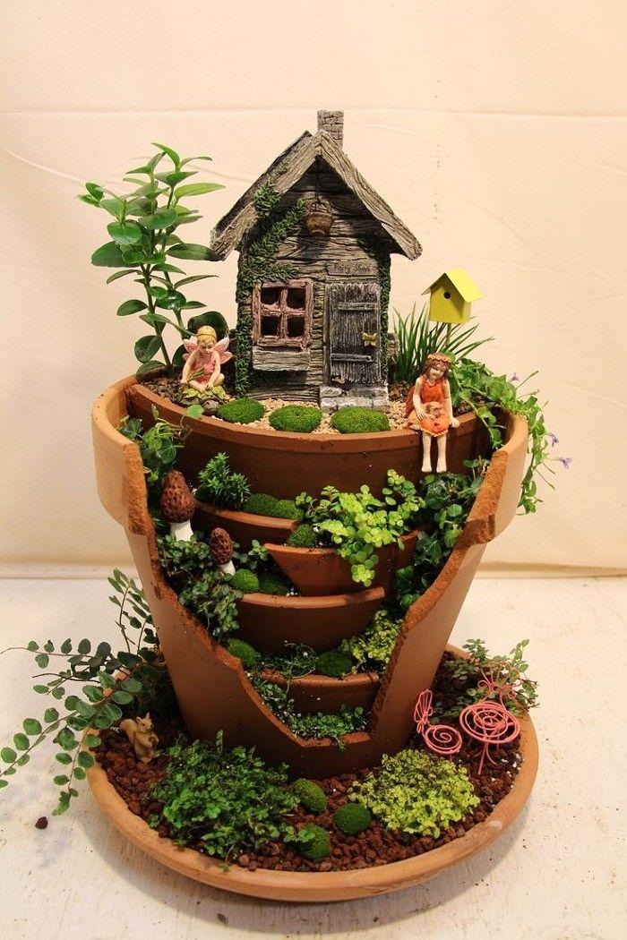 13 Desain Mini Garden dari Pot Pecah, Bikin Ruangan Makin Cantik Nih!