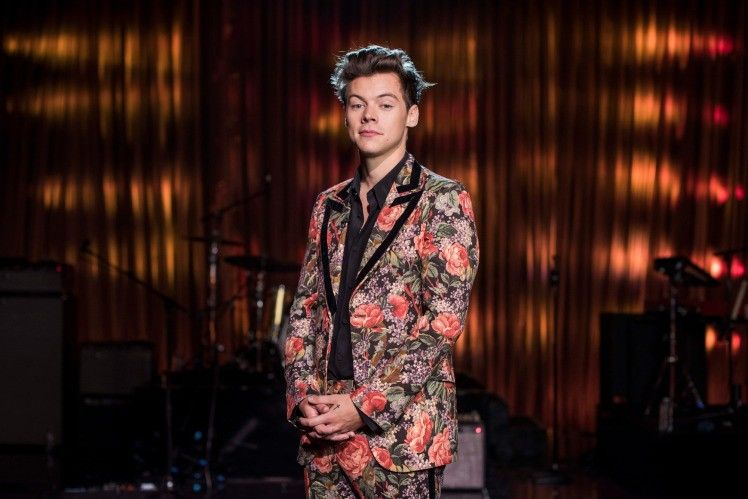 7 Inspirasi Floral Outfit ala Harry Styles yang Super Kece