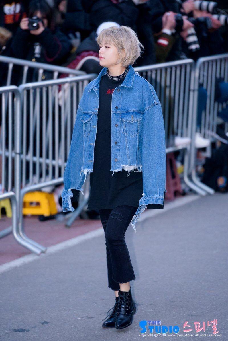 9 Gaya Outfit Jaket Denim Ala Member Twice, Cocok Buat Hangout!