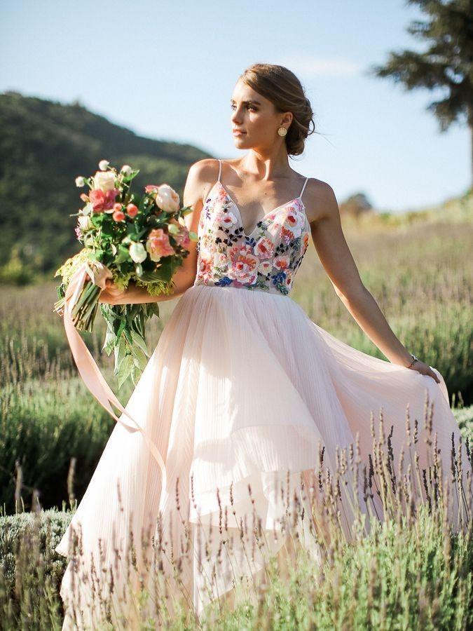 9 Inspirasi Gaun Pengantin Bertema Floral yang Anggun & Romantis