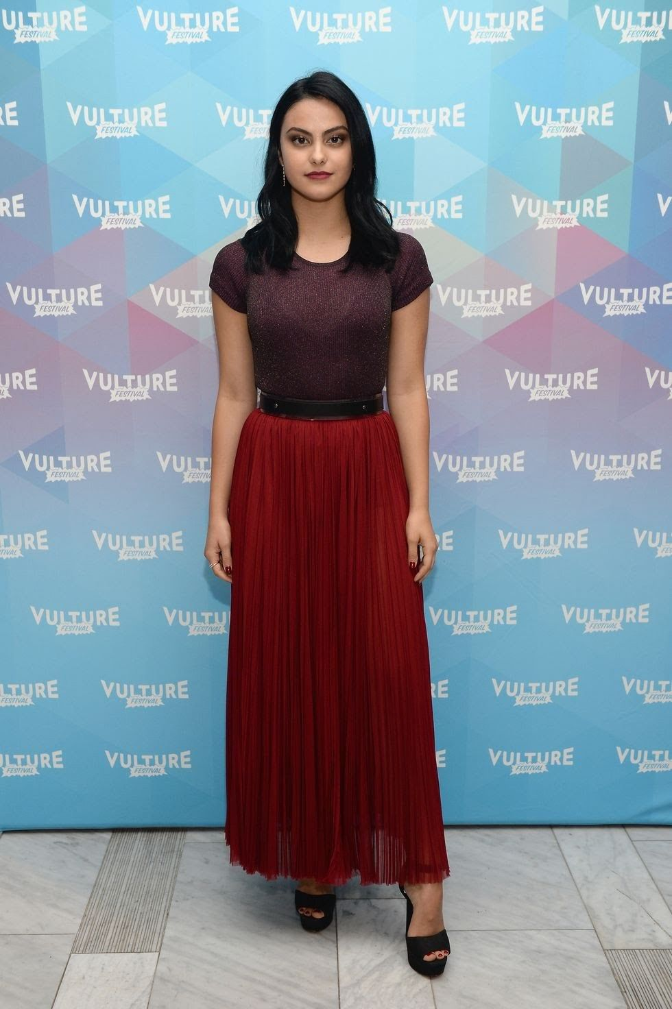 10 Ide Outfits ala Camila Mendes, Si Manis 'Veronica Lodge' Riverdale