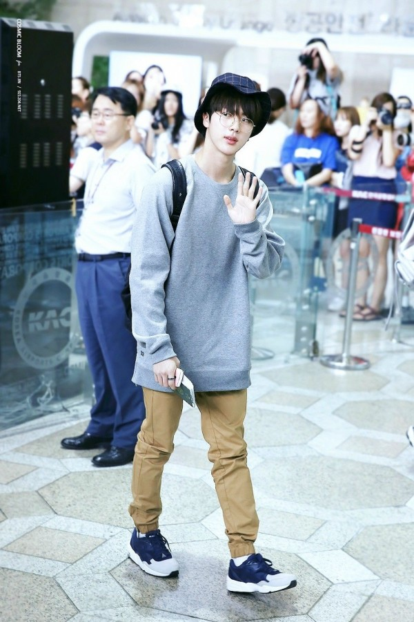 Gampang Ditiru, 11 Gaya Casual ala World Wide Handsome Jin BTS