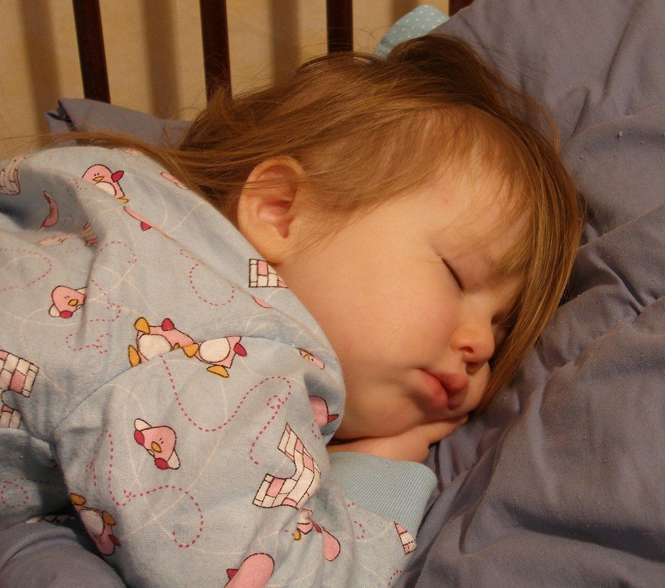 Kamu Tidur Memeluk Guling? Ini 5 Manfaatnya yang Bisa Kamu Dapatkan