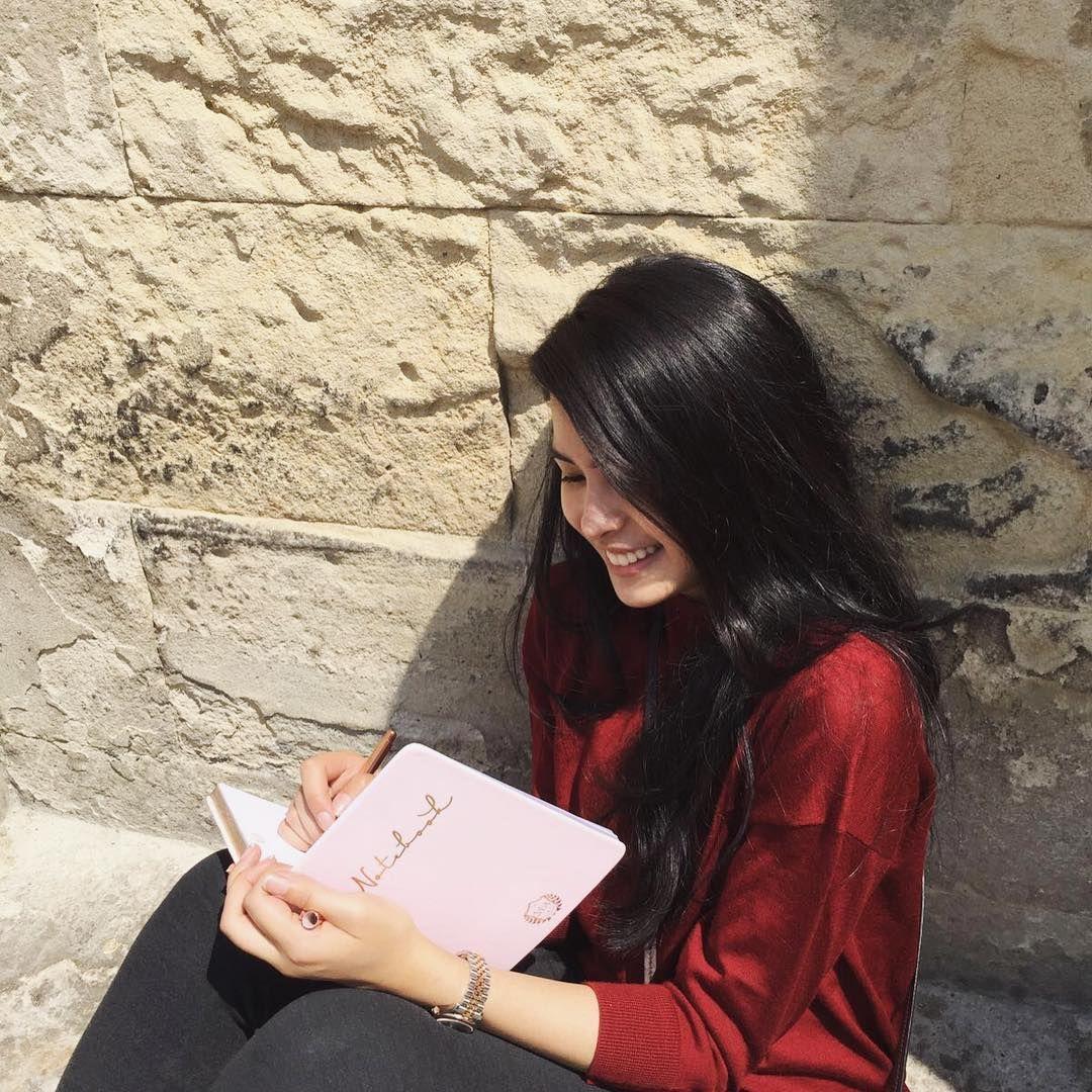 Wanita Panutan, 10 Selebriti Ini Memiliki Hobi Membaca Buku!