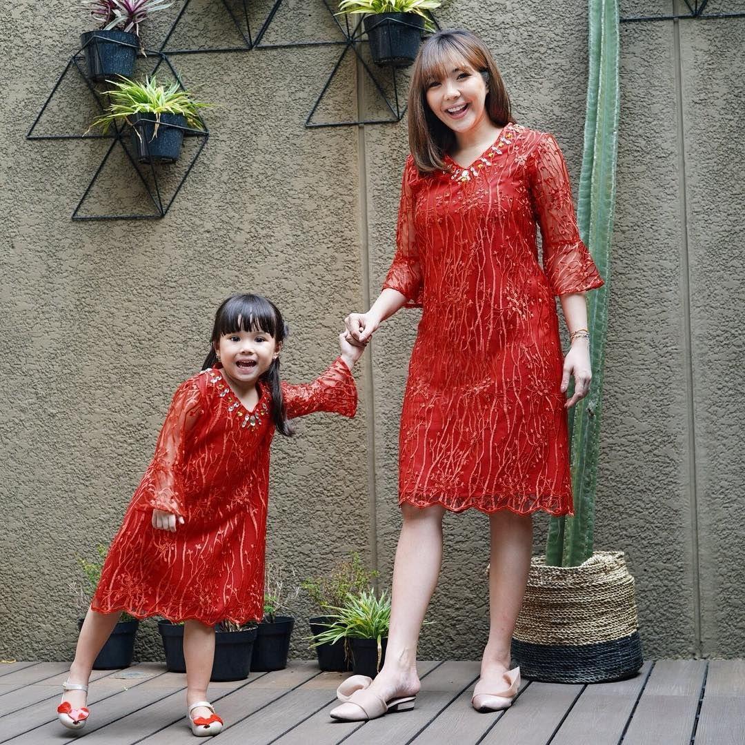 10 Inspirasi Outfit Kembar Ibu & Anak ala Gisel-Gempi yang Kece Banget