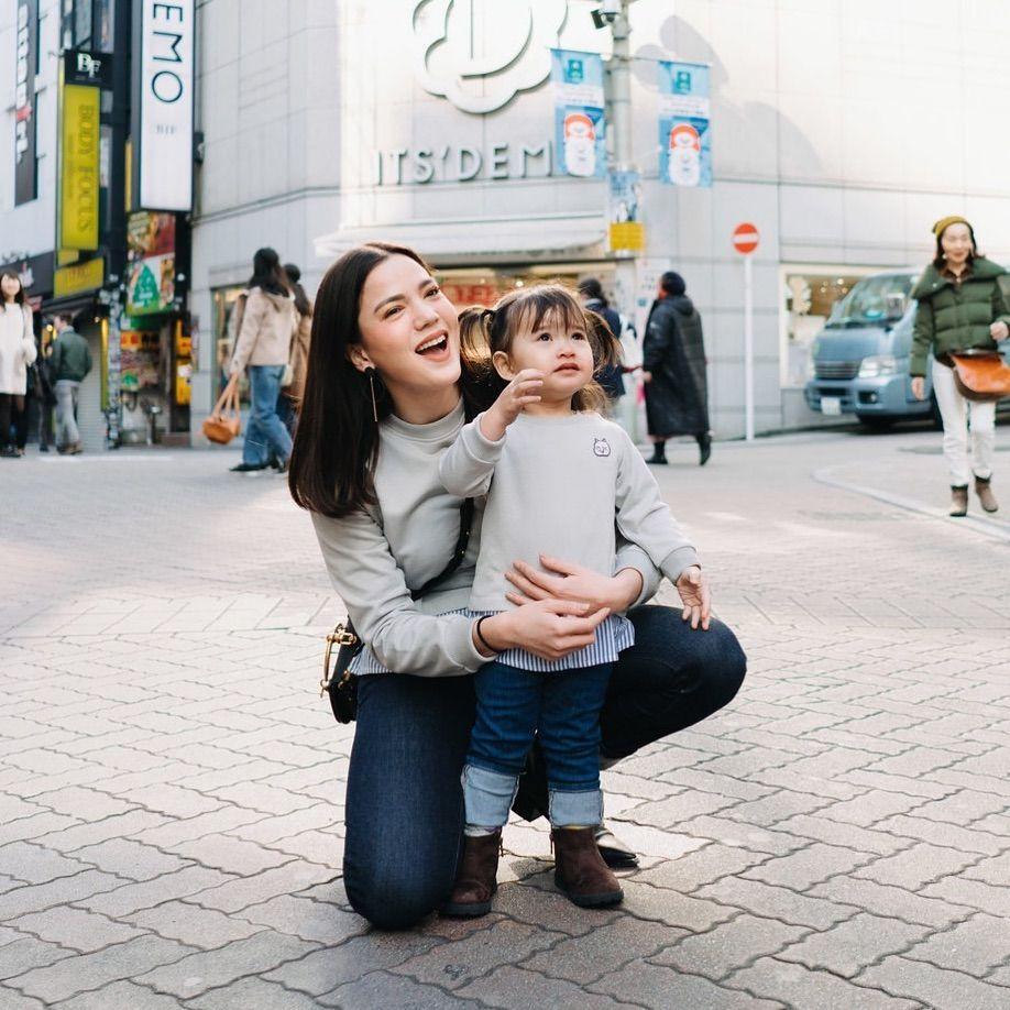 10 Potret Kompaknya Keluarga Alice Norin Liburan ke Jepang, Seru Abis!