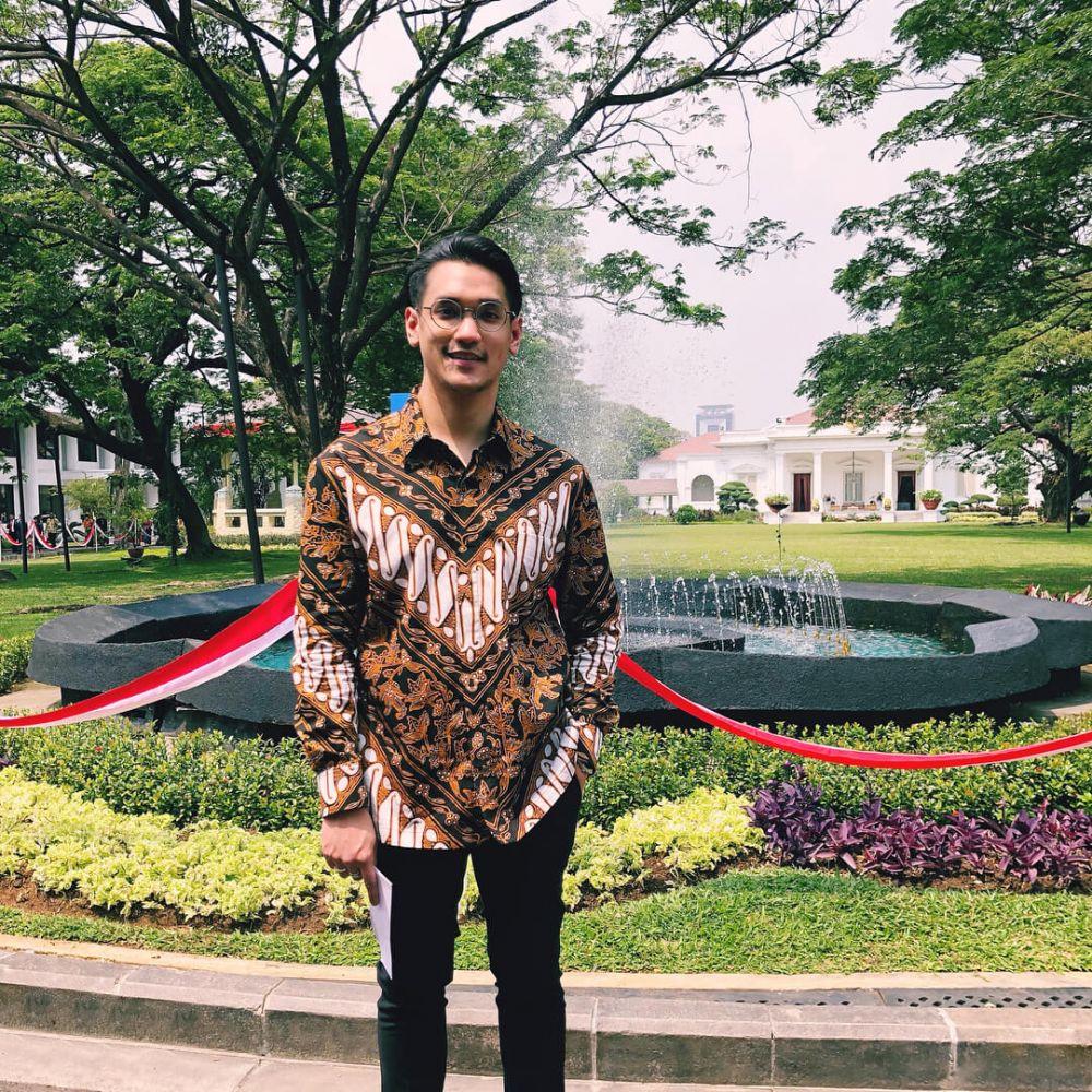 10 Penyanyi Pria Indonesia Makin Menawan Pakai Batik, Manly Banget!