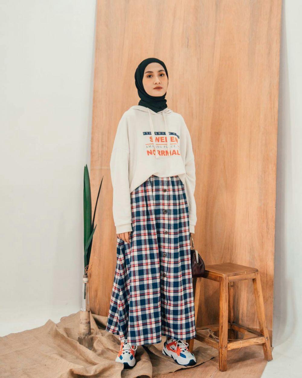 9 Ide Mix and Match Plaid Outfit untuk Hijabers, Gak Bikin Bosan Lho!