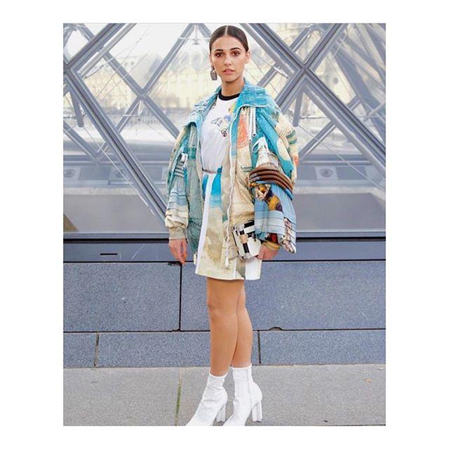 10 Tampilan Super Stylish Naomi Scott dengan Sepatu Boots