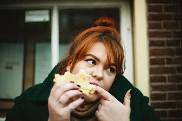 8 Momen Nyebelin yang Pasti Pernah Kamu Alami Ketika Sedang Makan