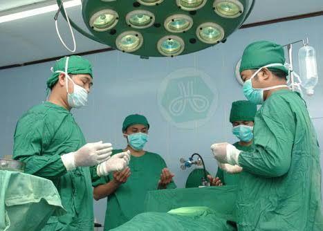 Ini Alasan Dokter Memakai Baju Warna Hijau Saat Operasi Pasien