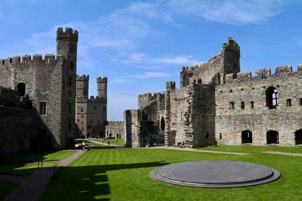 10 Kastil Terbaik di Inggris, Megah dengan Aura Mistis yang Kental!