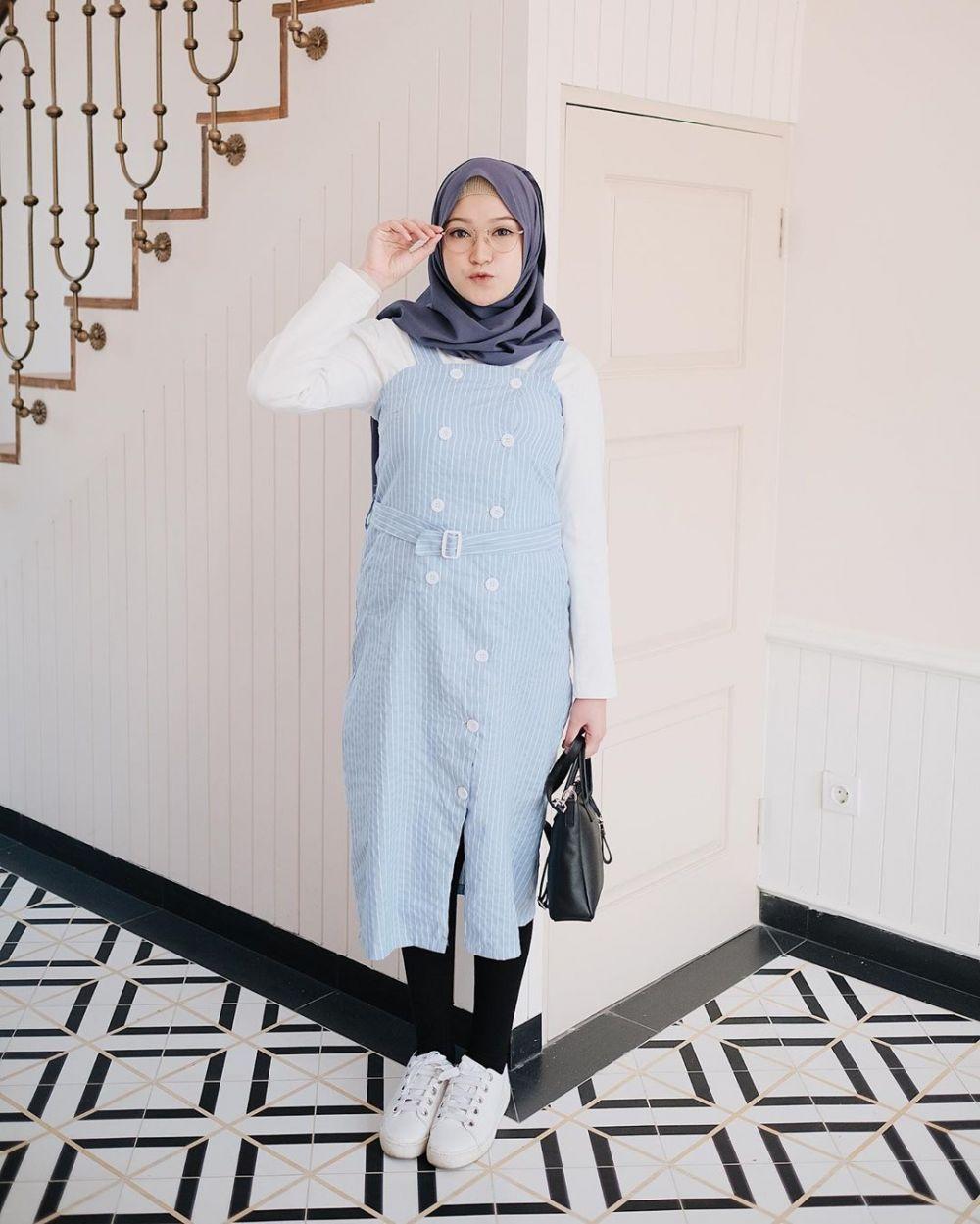 9 Inspirasi Hijab dengan Tunic Ala Sari Endah Pratiwi, Mudah Ditiru