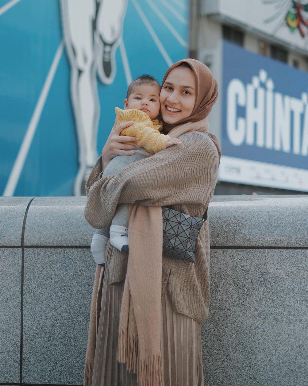 Stylish, 9 Ide Padu Padan Sweater Rajut untuk Hijabers ala Selebgram