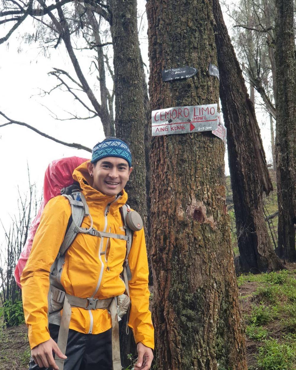 Hobi Mendaki, 10 Potret Rikas Harsa Saat Taklukkan Gunung di Indonesia