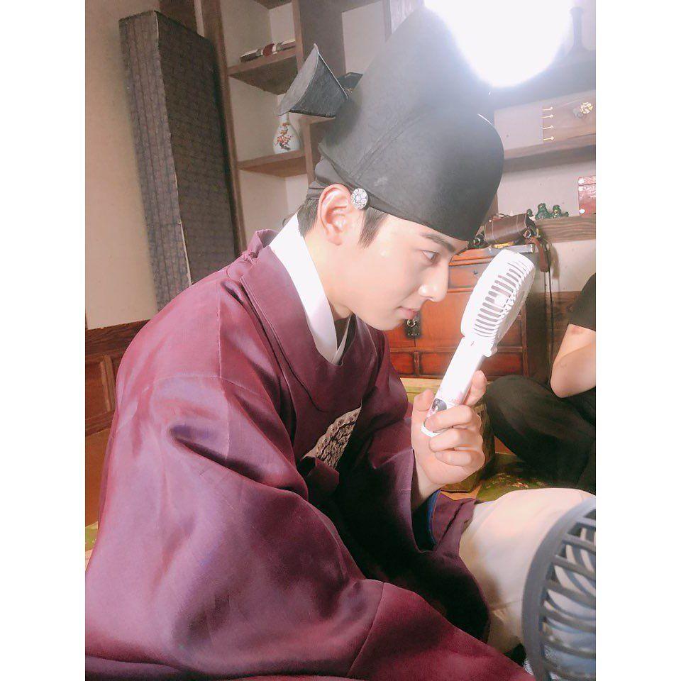 10 Keseruan Cha Eun Woo Dibalik Layar Rookie Historian Goo Hae Ryung