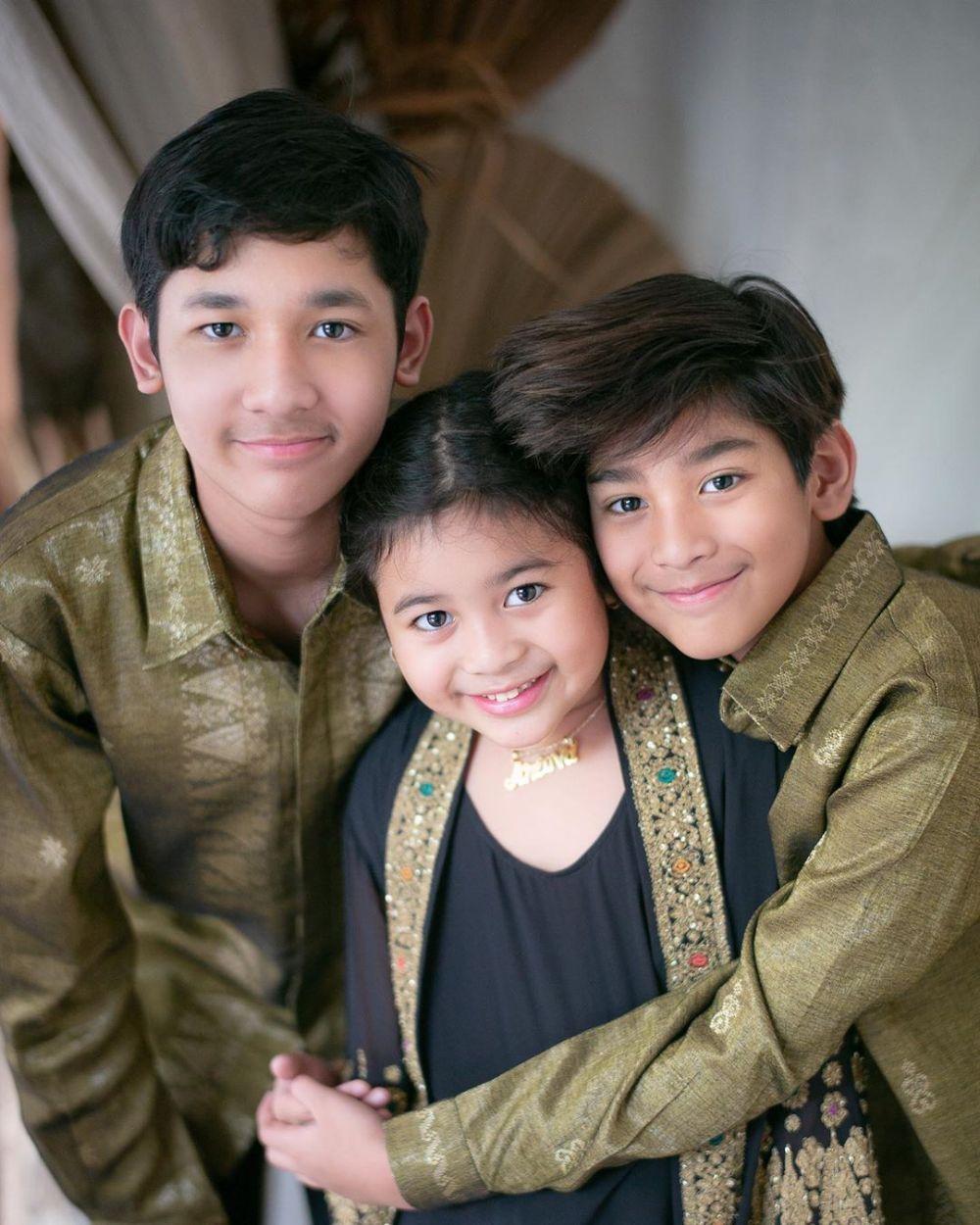 11 Foto Keluarga Andre Taulany Saat Pemotretan, Bahagia Banget!