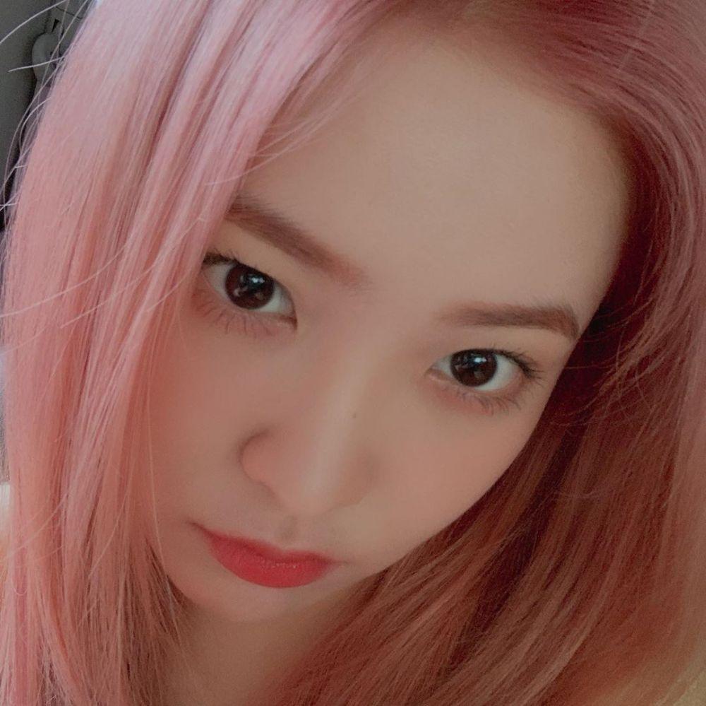 9 Potret Yeri RED VELVET dengan Rambut Pink Hingga Blonde, Memesona!