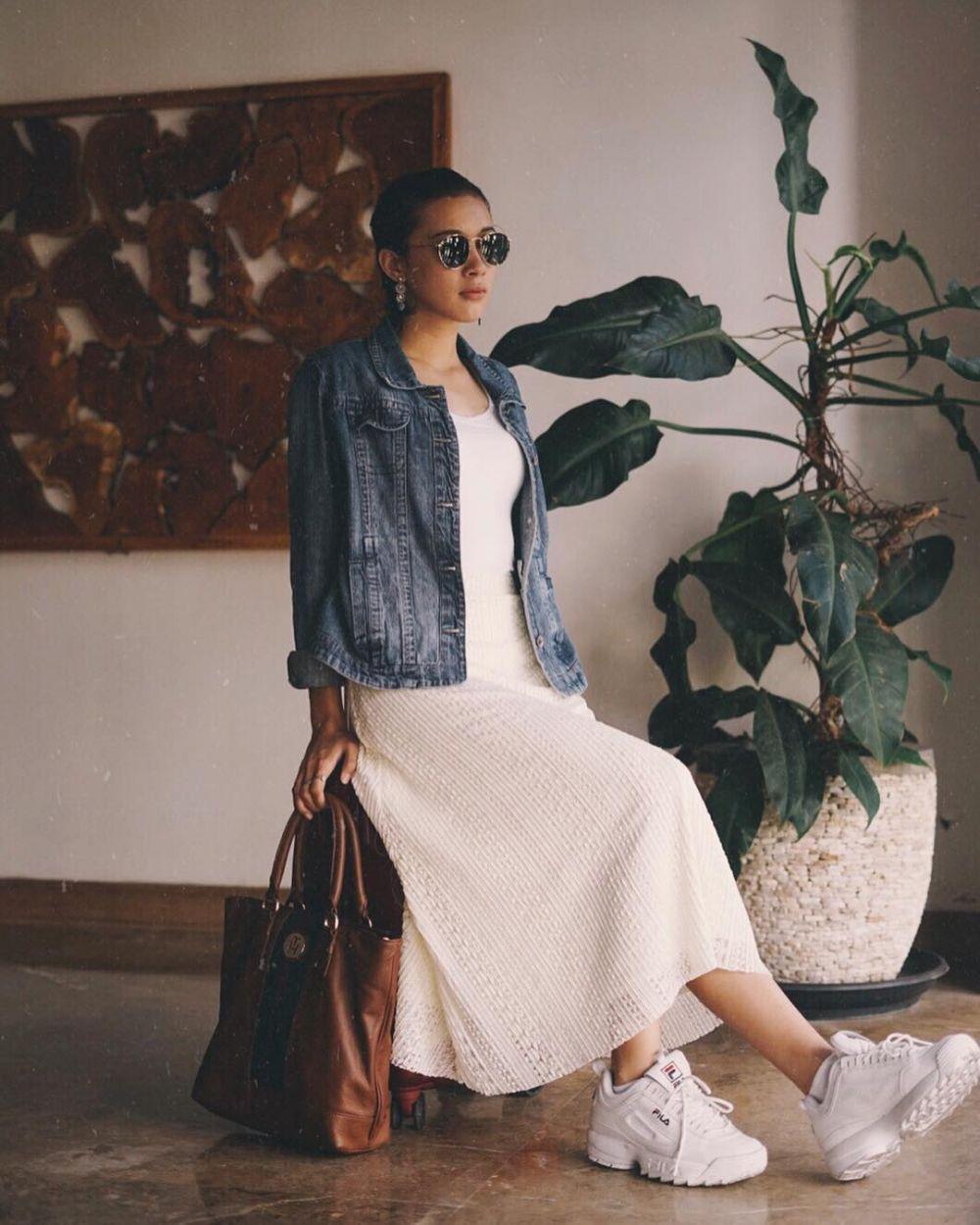 11 Inspirasi Outfit Warna Putih ala Annette Edoarda, Simple Banget!
