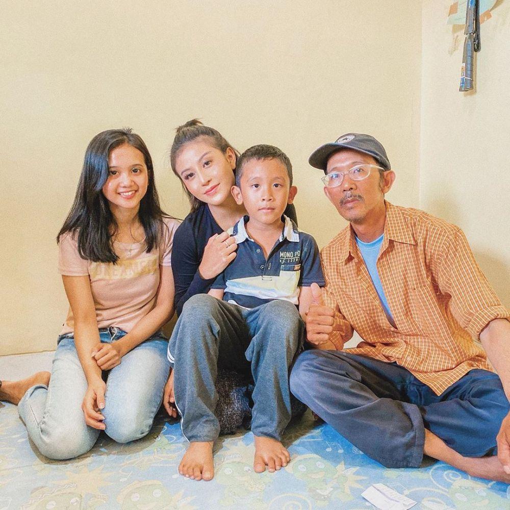 Bukan Selebgram Biasa, 10 Bukti Awkarin Punya Jiwa Sosial Bikin Salut!