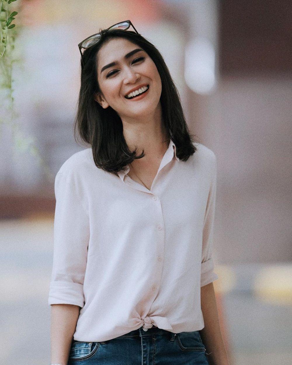 10 Potret Sheila Purnama, News Anchor yang Miliki Senyum Semanis Gula