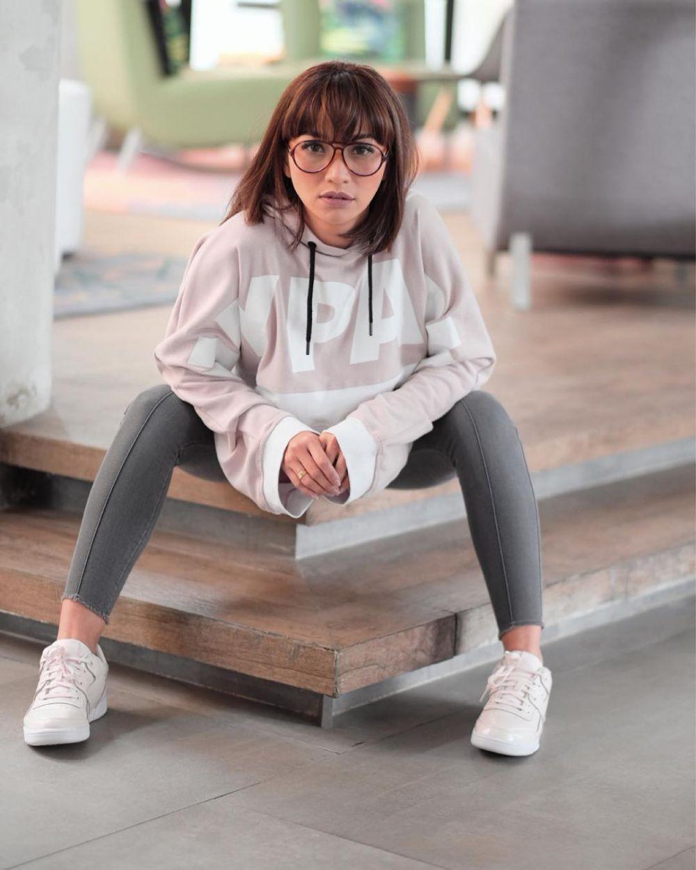 Hobi Koleksi Sneakers, 11 Potret Hesti Purwadinata yang Swag Abis!