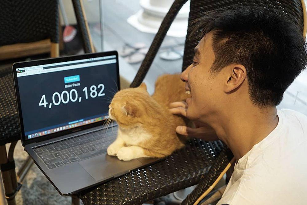 10 Momen Manis Baim Wong Bareng Kucing Kesayangan, Gemesin Banget!