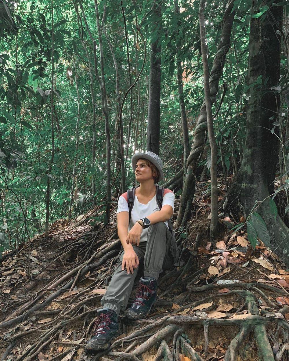 10 Gaya Gemala Hanafiah Eksplorasi Indonesia, Ada Hamish Daud Juga!