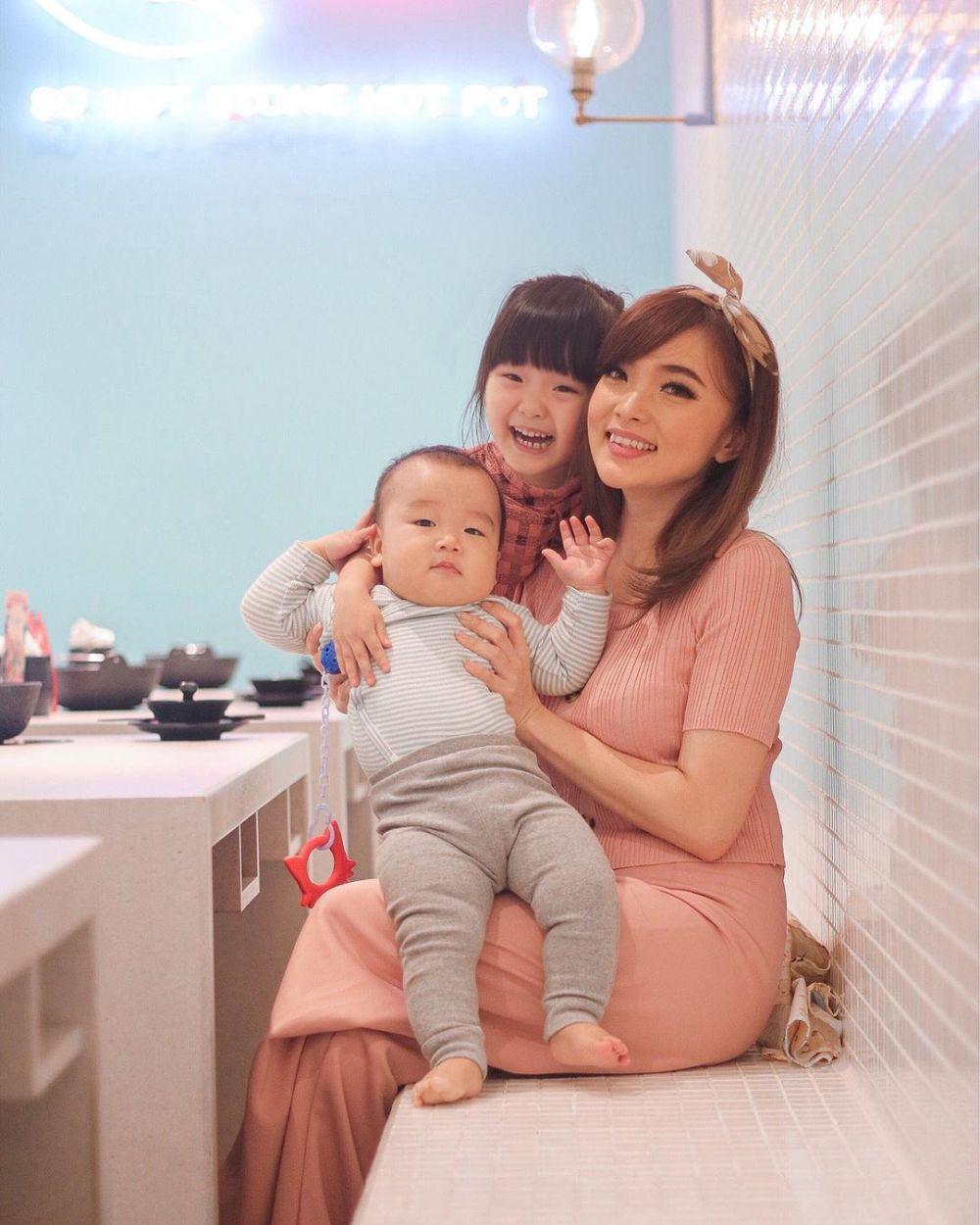 9 Potret Angelina Eks Cherrybelle & Putrinya, Ibu-Anak Goals!