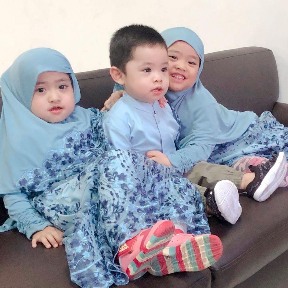 12 Potret Kompak Tiga Anak Oki Setiana Dewi & Ory Vitrio, Gemas!