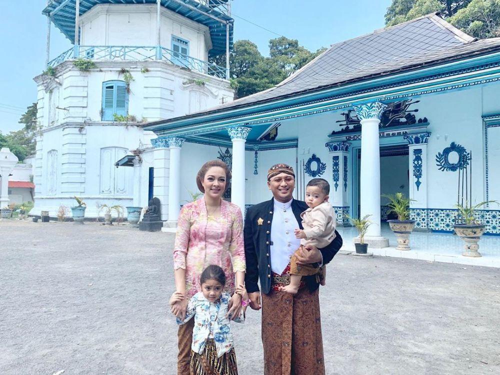 7 Tahun Menikah, 10 Potret Mesra Presenter Reisa Broto dan Suami