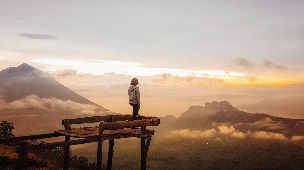 10 Pesona Eloknya View Bukit Wolobobo, Negeri Atas Awan Milik Flores