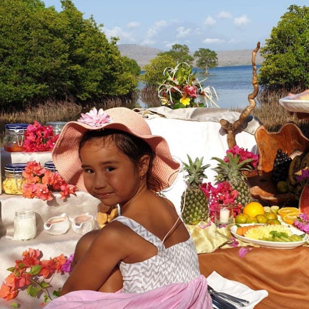 10 Potret Serunya Liburan Happy Salma Sekeluarga di Pulau Menjangan
