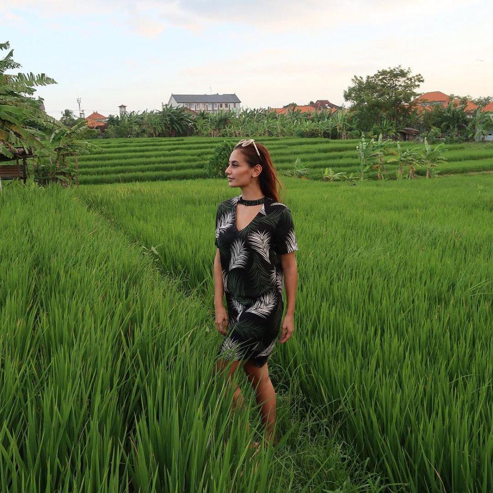 10 Ide Outfit Traveling dariGunung hingga Pantai ala Marissa Nasution