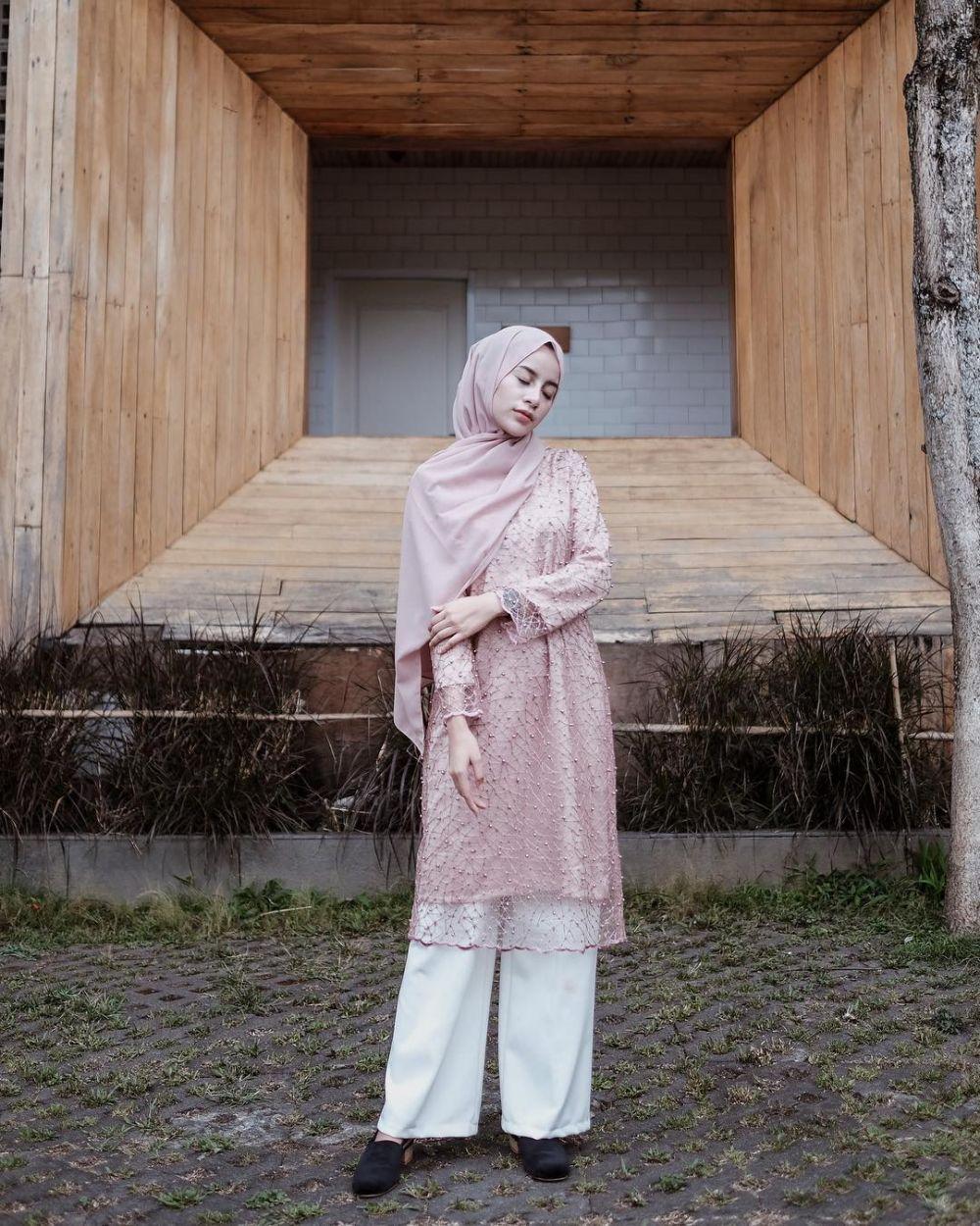 10 Ide OOTD Hijab nan Elegan dengan Celana Putih ala Aghnia Punjabi