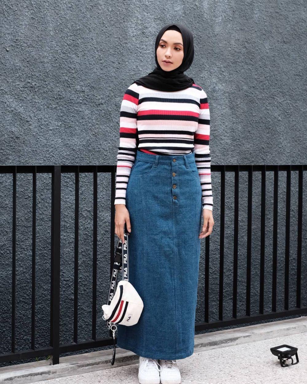 10 Inspirasi OOTD Hijab dengan Rok Denim, Super Kece & Stylish Nih!