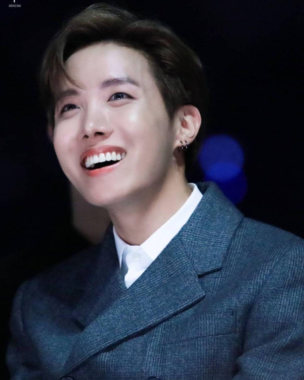 10 Potret J-Hope BTS dengan Senyum Manisnya