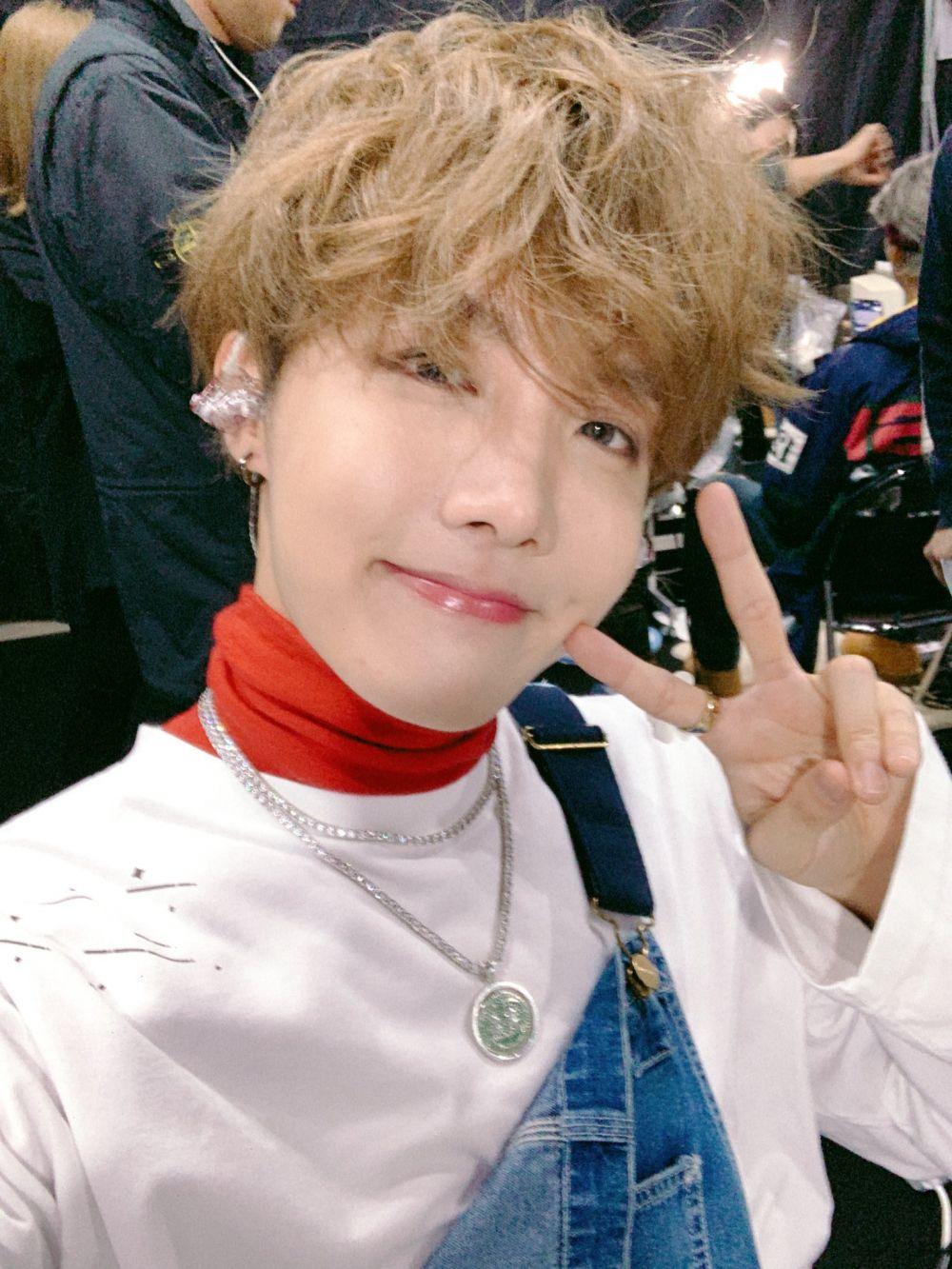 Manis Banget, 10 Pesona J-Hope BTS dengan Hidden Dimple yang Menawan