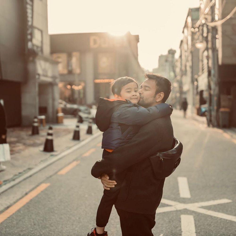 10 Potret Kompaknya Raffi Ahmad dan Rafathar Saat di Jepang