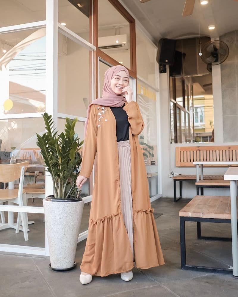 10 Ide Padu Padan Outfit Hijab dengan Long Outer, Simple & Stylish