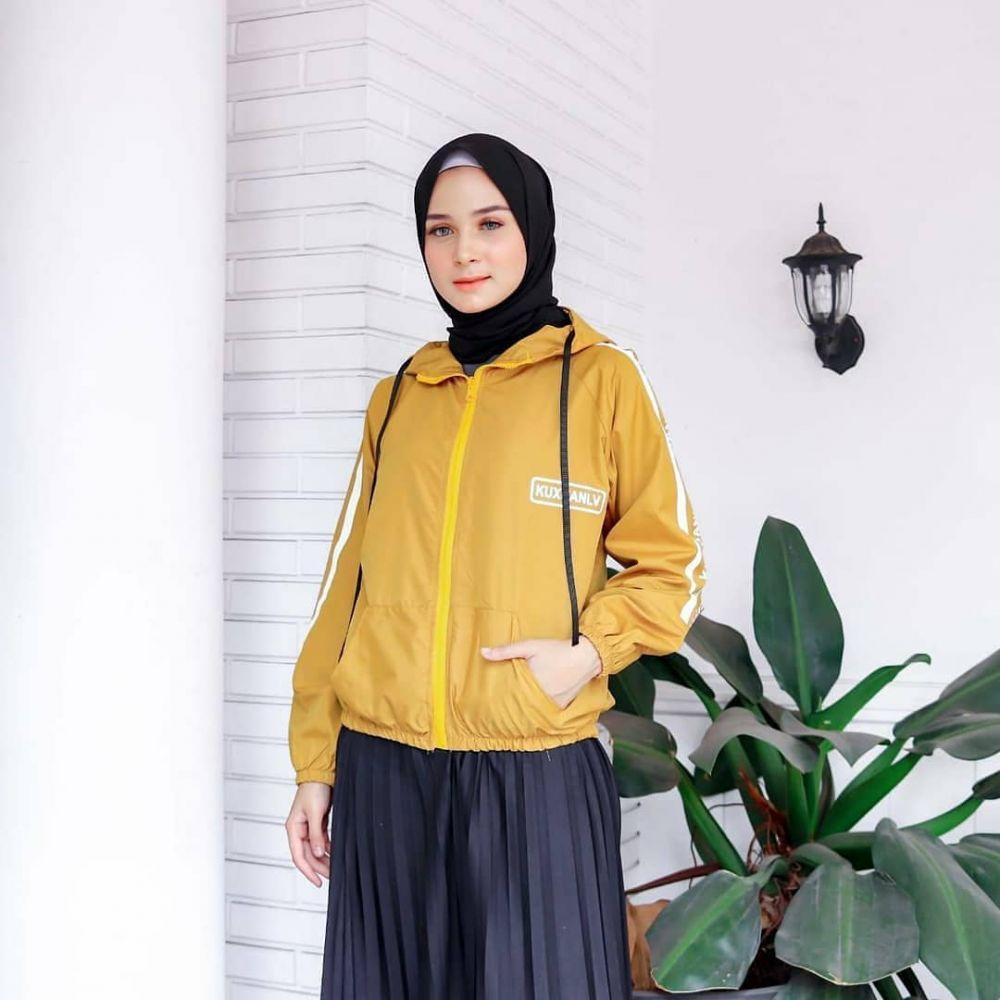 10 Inspirasi OOTD Hijab dengan Jaket, Tampilan Makin Fancy & Fresh!