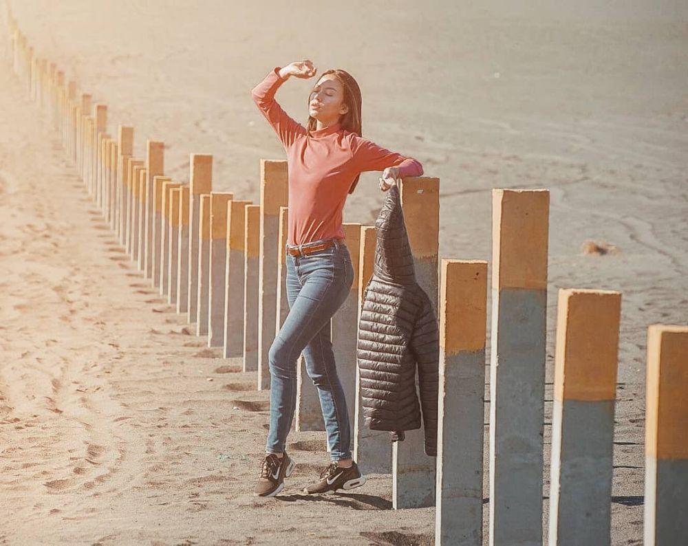 Pamer Body Goals, 10 Potret Gaya Liburan Karina Nabila yang Stylish