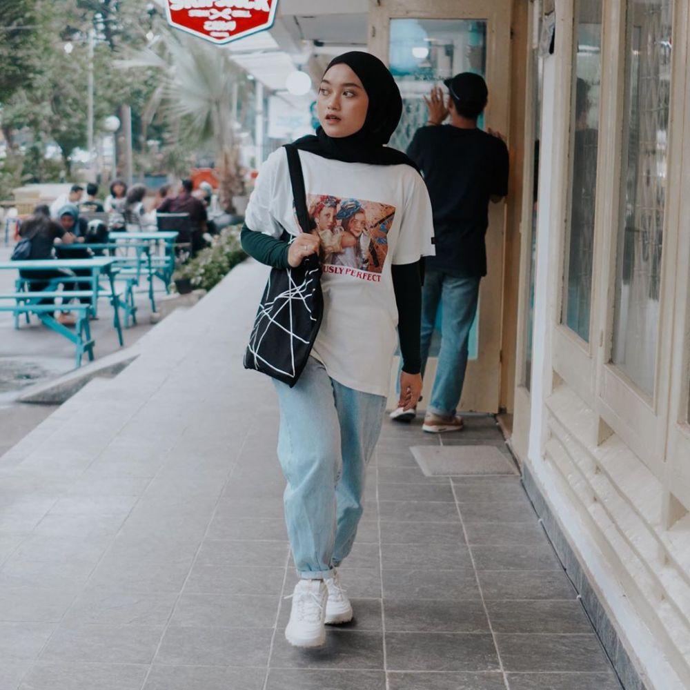 10 Inspirasi OOTD Hijab dengan Kaos Lengan Pendek ala Indira Kalistha