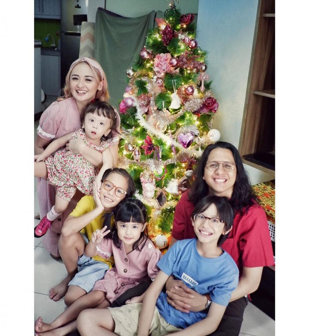 10 Momen Kedekatan Joanna Alexandra dan 4 Anaknya,Ibu Panutan!