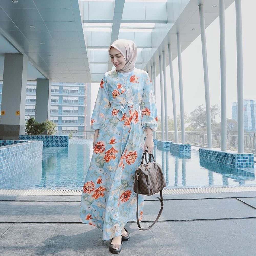 10 Inspirasi Mix and Match Floral Outfit ala Melody Prima, Segar nih!