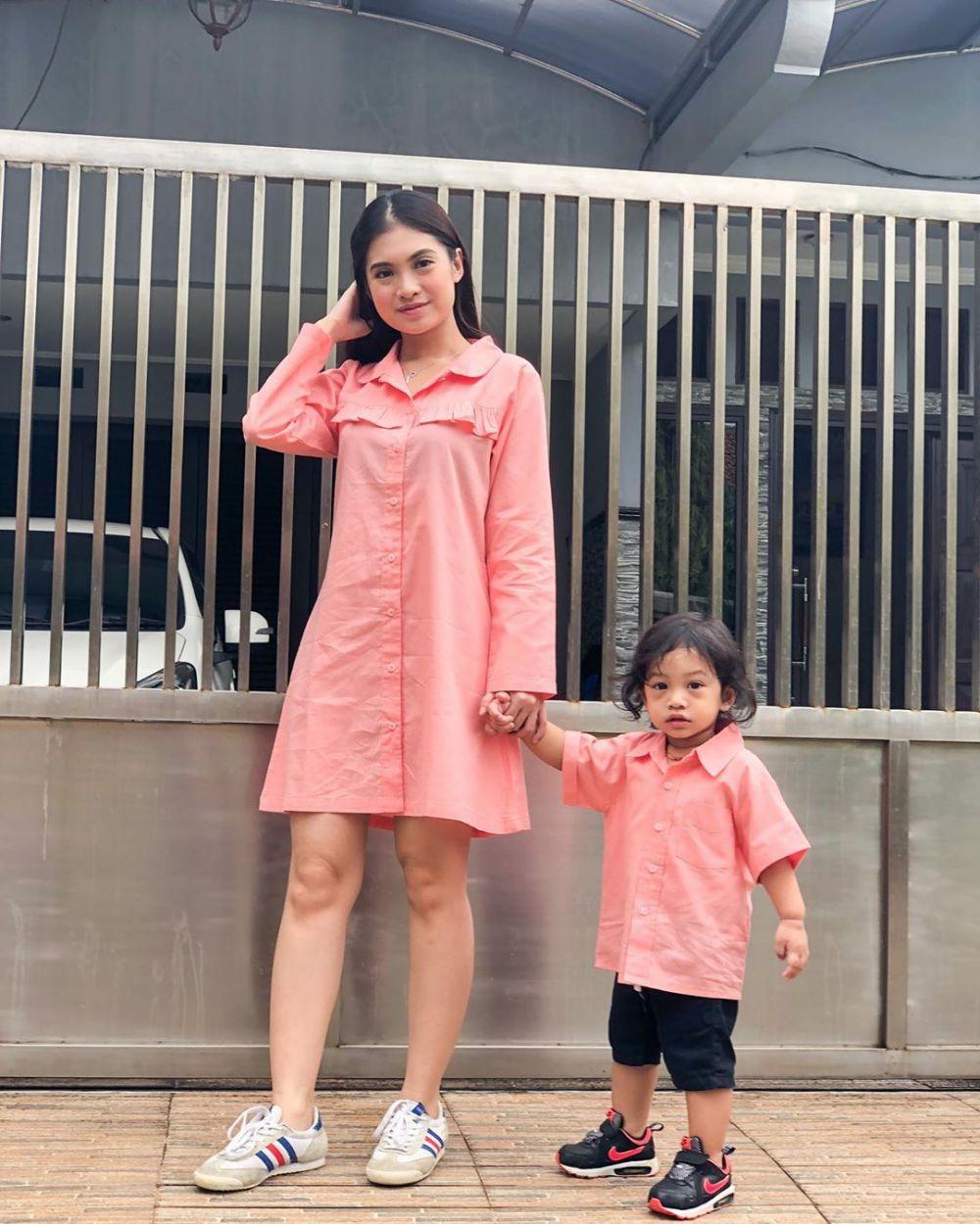 10 Inspirasi Outfit Kembar Ibu-Anak ala Vinessa Inez & Elvaro, Kompak!