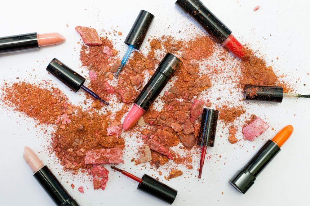 7 Hal yang Seharusnya Tidak Dilakukan Saat Berbelanja di Toko Kosmetik