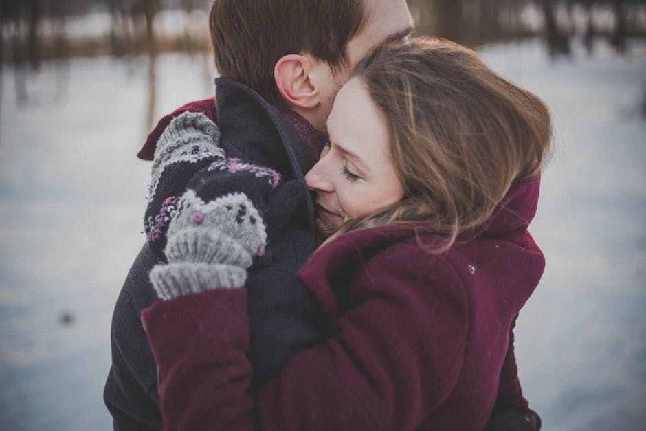 7 Suka Duka Punya Pasangan yang Disukai Banyak Orang, Gak Selalu Enak
